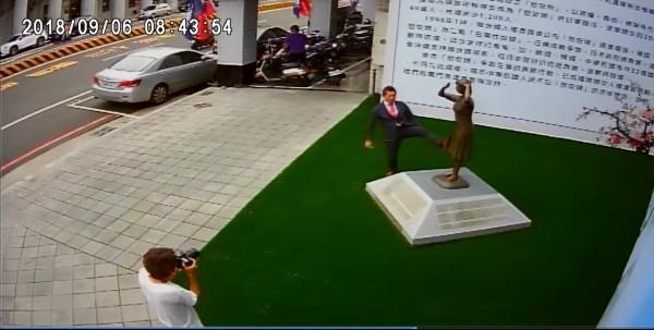 國民黨指控日人藤井用腳踹銅像。(謝龍介提供)
