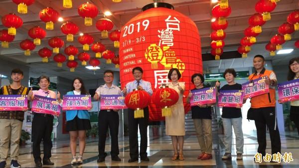 屏東縣政府今天為巨型紅燈籠揭幕,並公開招募燈會志工。(記者邱芷柔攝)