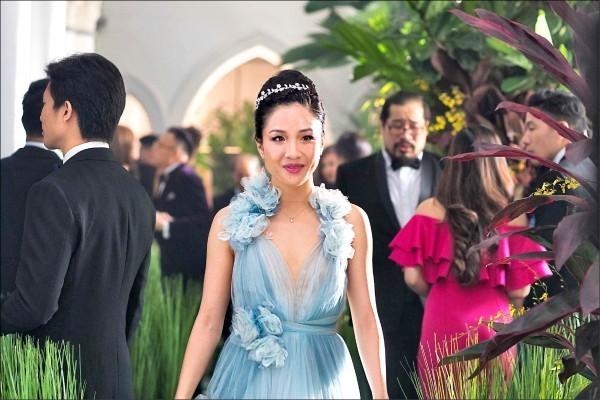 吳恬敏的媽媽張孟瑩受訪時說,「她(吳)會有今天,完全是我的『疏忽』。」圖為吳恬敏在《瘋狂亞洲富豪》演出。(華納提供)