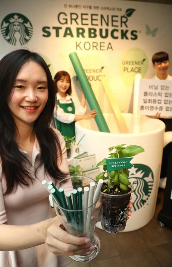 南韓星巴克今(10日)在首爾與全國各大城市共100個分店試用紙吸管,在2個月的測試期過後,全韓國的星巴克將在11月開始使用紙吸管。(歐新社)