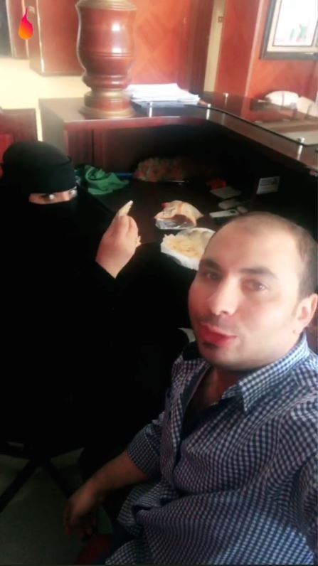 沙烏地阿拉伯一名埃及男子與一名身穿罩袍的女性共進早餐的影片在推特流傳後,男子已被當局逮捕。(圖取自推特)