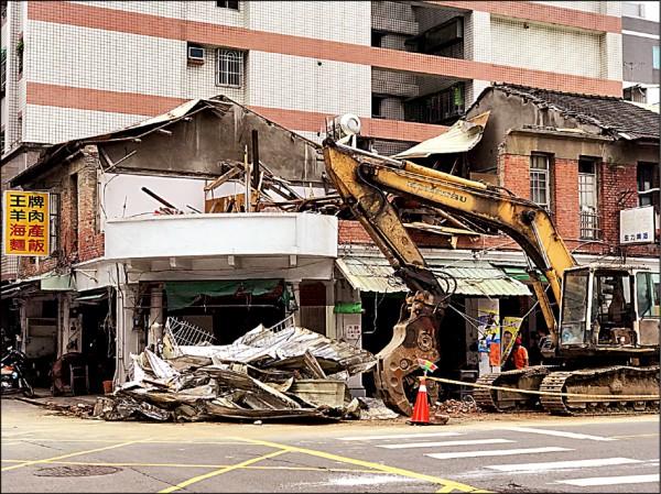 鹽埕區一棟屋齡逾70年的紅磚建築即將被拆除,文化局列暫定古蹟擋拆。(記者黃佳琳翻攝)