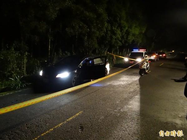 南投縣竹山鎮楊姓製茶工遭狙殺後,警方在案發現場拉上封鎖線調查情形。(資料照,記者謝介裕攝)