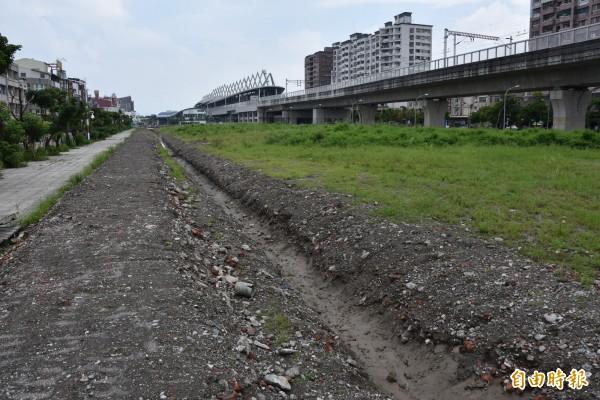 鐵道局挖了一條土溝要排水,被居民質疑做假的。(記者葉永騫攝)