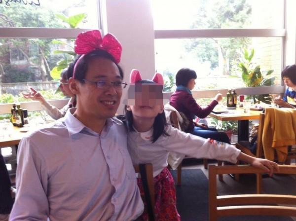 楊偉中上月在庫克群島度假時,為救溺水愛女不幸溺斃。(翻攝自臉書)