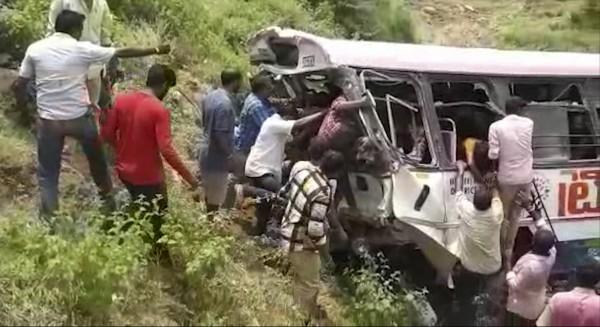 印度1輛載滿印度教信徒的巴士摔落山谷,導致至少45人罹難,25人受傷。(美聯社)