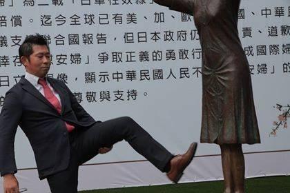 日本右派團體「慰安婦之真相國民運動」幹事藤井實彥,日前疑似用左腳踢踹位於國民黨台南市黨部旁的慰安婦銅像,其友人則發文表示,藤井只是腳麻在做伸展動作。(圖擷自Shun Ferguson Fujiki臉書)
