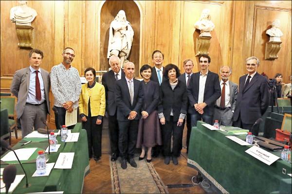 台法文化獎頒獎,獲獎人高格孚(前排左4起)、文化部長鄭麗君、維若妮卡.雅諾和尚若白合影。  (文化部提供)  (文化部提供)