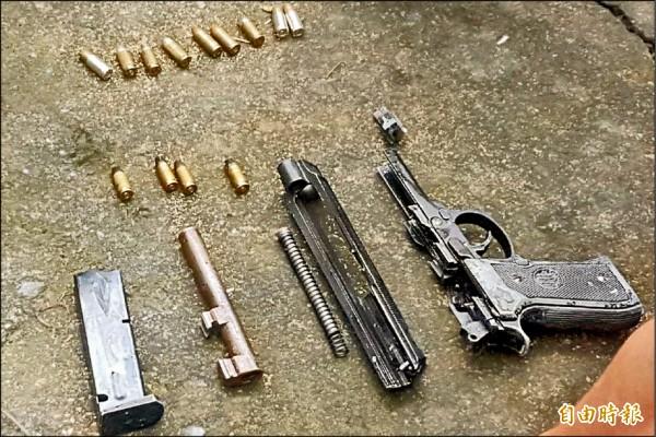 警方起出1把改造手槍及13顆子彈等作案工具。(記者謝介裕攝)