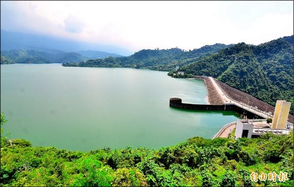 上週才達到完工四十五年來最高滿水位的曾文水庫,因應颱風可能來襲,進行調節性放水。(記者吳俊鋒攝)