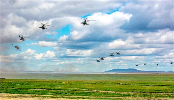 俄羅斯國防部十一日公佈參與「東方—二〇一八」軍演的俄軍直昇機,飛越東西伯利亞的赤塔區上空。(美聯社)