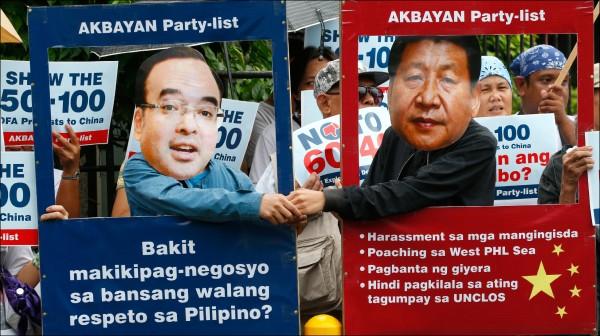 菲律賓民眾抗議中菲合作共享南海資源。(美聯社資料照)