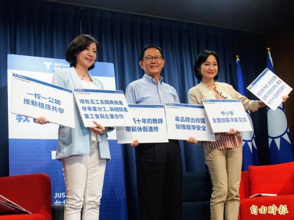國民黨台北市長參選人丁守中(中)今天在競選辦公室總幹事、立委王育敏(左)與立委柯志恩(右)的陪同下,召開教育政策公布記者會。(記者簡惠茹攝)