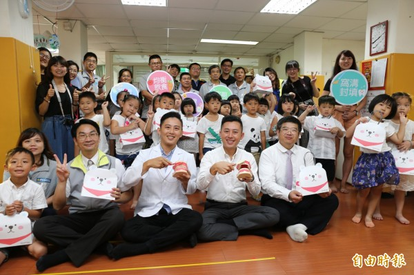 市長林智堅(第一排左四)今天到虎林國小附設幼兒園參加「好齒寶寶,學前校園口腔健檢」活動,藉此視察學童口腔健檢實況。(記者王駿杰攝)