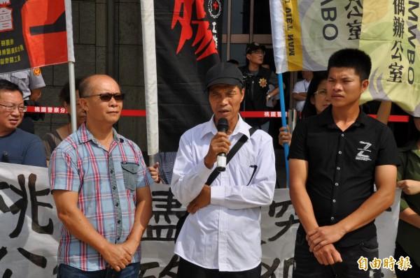 阮文廌的父親阮輝儃(右二)、哥哥阮文忠(右一)呼籲檢方加快調查腳步。(記者周敏鴻攝)