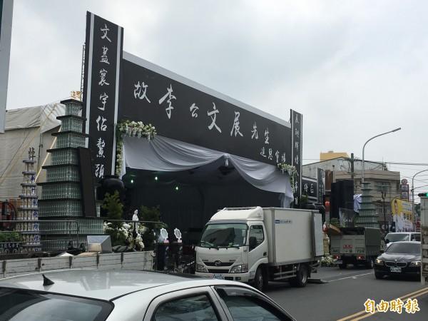 太陽會大老李文展靈堂設在元長鄉中山路旁,將於13日舉行告別式,工作人員今天忙著佈置會場。(記者黃淑莉攝)