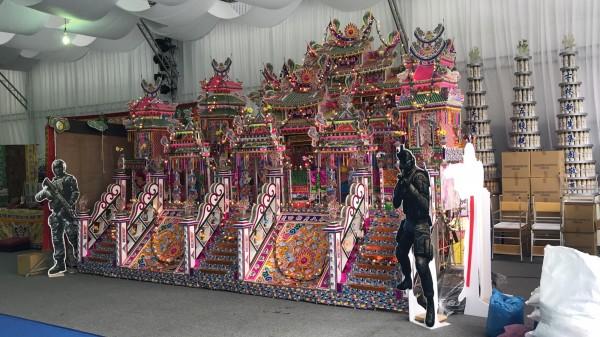李文展的親友特製紙紮傳統豪華古厝。(民眾提供)