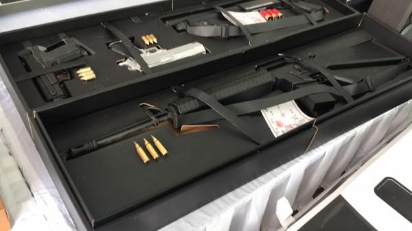 紙紮的M16步槍及子彈像真的一樣。(民眾提供)