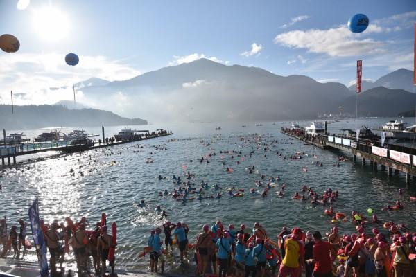 日月潭國際萬人泳渡活動即將在16日舉行,有逾兩萬人參加,若因颱風延期,影響層面大。(檔案照,南投縣政府提供)