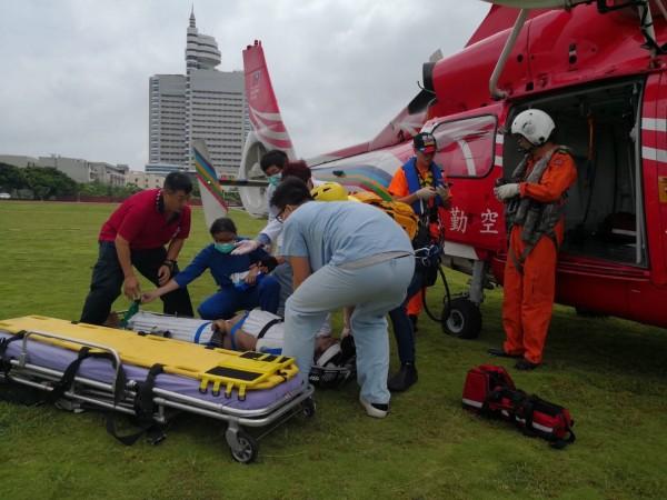 空勤總隊直升機救援印度籍船員費南多。(記者張軒哲翻攝)