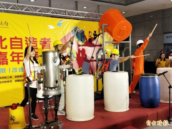 「二手貨Stomp」打擊樂團,以水桶等各式的工具演奏樂曲,相當吸引人。(記者何玉華攝)