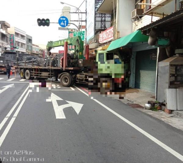 大貨車閃避不及,直接將騎車雙載闖紅燈的康姓夫妻撞飛,再往前推行撞擊路旁一戶民宅。(記者黃佳琳翻攝)