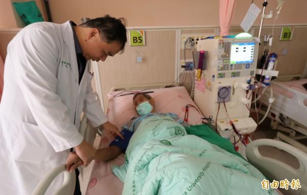 亞大醫院腎臟科主任周哲毅(左)提醒,民眾擔心皮膚變黑拒絕洗腎,恐讓病情變嚴重。(記者陳建志攝)