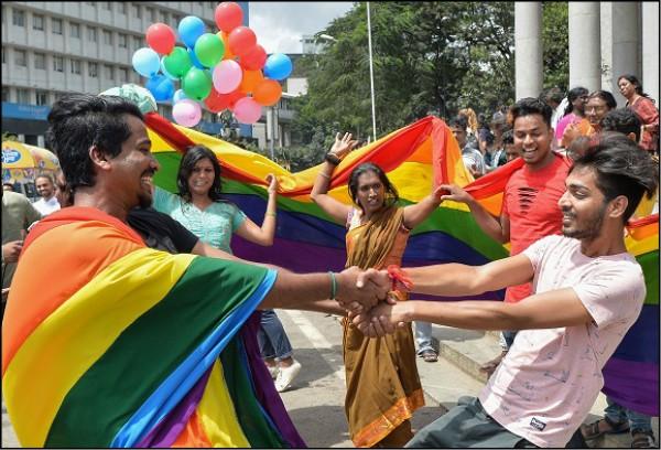 印度最高法院推翻懲罰同性性行為的法律,院外的挺同人士歡欣喝采。(法新社)
