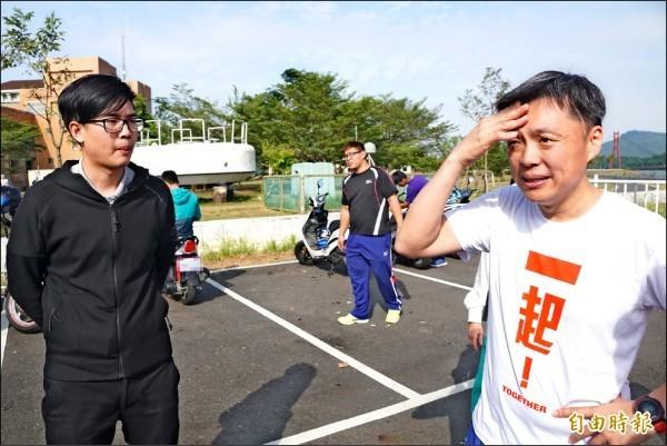立委趙天麟(右)意外目睹凶殺案,他的助理(左)還幫忙救人逮捕凶嫌。(資料照)