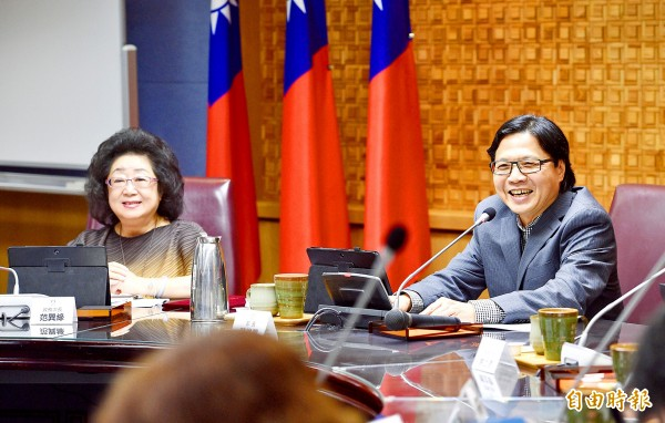 Minister of Education Yeh Jiunn-rong, right, congratulates Vice Minister of Education Fan Sun-lu, left, for taking up the post for the second time during a meeting at the ministry yesterday.