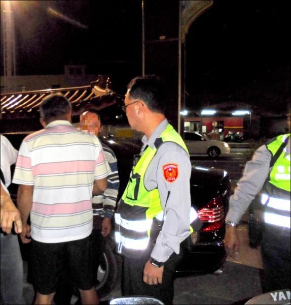 警方在行凶的林姓男子騎車上找到多瓶喝完的啤酒。(資料照)