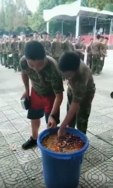 中國陝西省當地高中驚爆在軍訓課程內,加入吃餿水的單元讓學生養成惜福習慣。(圖擷取自影片)