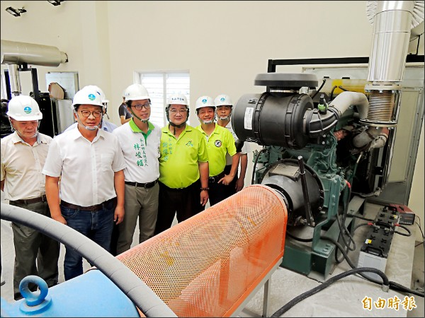 立委陳歐珀(左二)昨到林寶春抽水站,關心防災準備狀況。(記者江志雄攝)