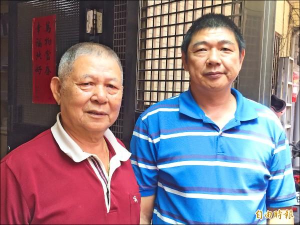 基隆林泉里長駱精一(左)將交棒給兒子駱俊雄,繼續為民服務。(記者盧賢秀攝)