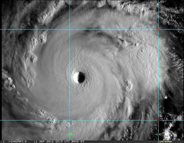 山竹颱風清晰颱風眼。(翻攝自鄭明典臉書)
