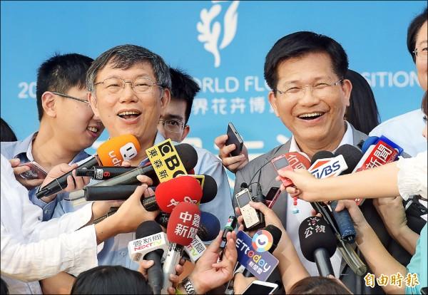 台中市長林佳龍(右)昨日率團到台北宣傳台中花博,台北市長柯文哲(左)出席活動,兩人都強調,台中花博是台灣人的花博,城市交流不分顏色。(記者黃耀徵攝)