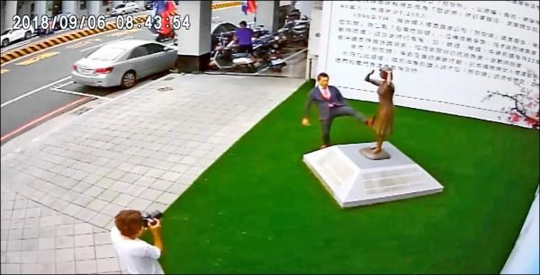 日本「慰安婦之真相國民運動」昨發表聲明,為藤井實彥作勢踢踹慰安婦銅像事件道歉。(圖取自謝龍介臉書)
