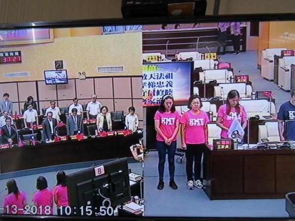 應議員要求,市府列席官員與多位聯合質詢的國民黨議員一起為慰安婦默哀30秒。(記者蔡文居翻攝)
