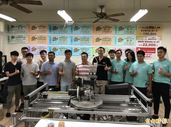第11屆上銀智慧手實作競賽虎尾科技大學表現優異,分別拿下「機器手應用組」冠軍及「機器手開發組」季軍。(記者黃淑莉攝)