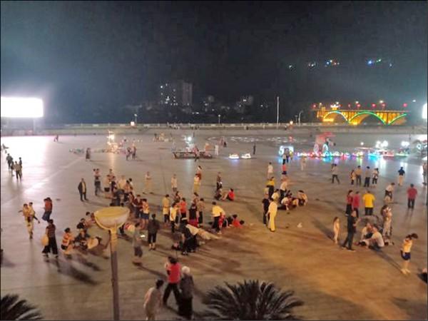 中國湖南省衡陽市12日晚間發生汽車衝撞及砍人事件,一名男子駕駛紅色休旅車衝撞一座廣場上的人群,造成至少9人死亡、46人受傷。(取自網路)