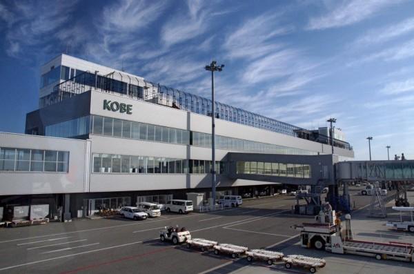 日本神戶市政府昨(12)日透露,將延長神戶機場(圖)營運時間改為6時至23時,以紓困關西機場因強颱燕子影響而大亂的航班。(翻攝自維基百科)
