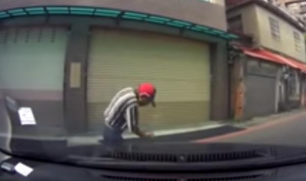 阿伯突然被緩慢移動的車子嚇到,像電流竄進全身般,可愛的反應笑翻網友。(圖擷取自Youtube「爆料公社5.0」)