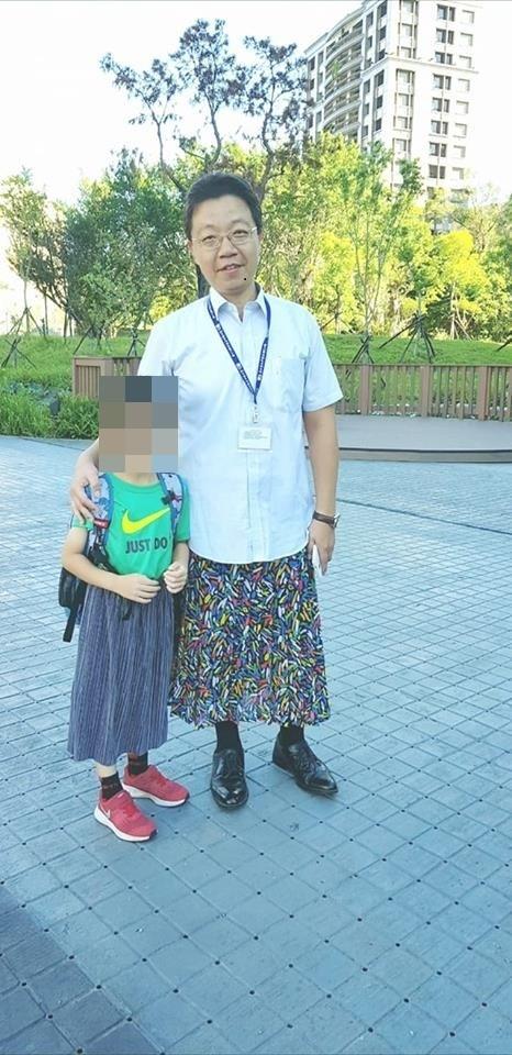 童書《穿裙子的男孩》在他校遭家長檢舉下架,和平實小校長與學童一同穿裙子表達教育理念。(圖片擷取自臉書)