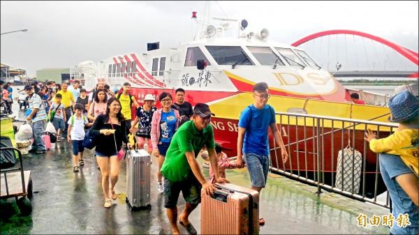 東琉線今天不受影響正常開航,週六將再視海象決定。(記者陳彥廷攝)