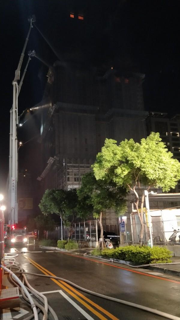 目前僅剩下24樓頂樓有些微火勢。(記者曾健銘翻攝)