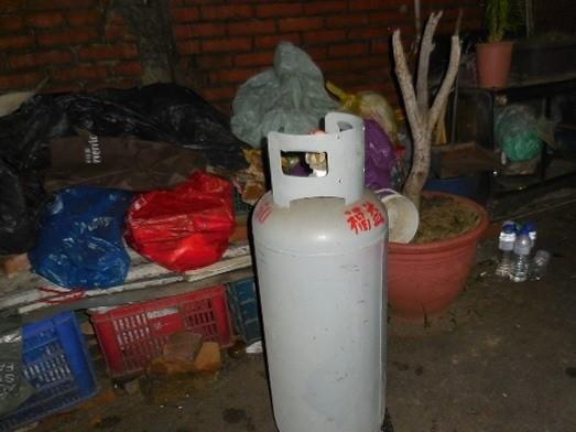 警方扣押張家的瓦斯桶。(記者張軒哲翻攝)