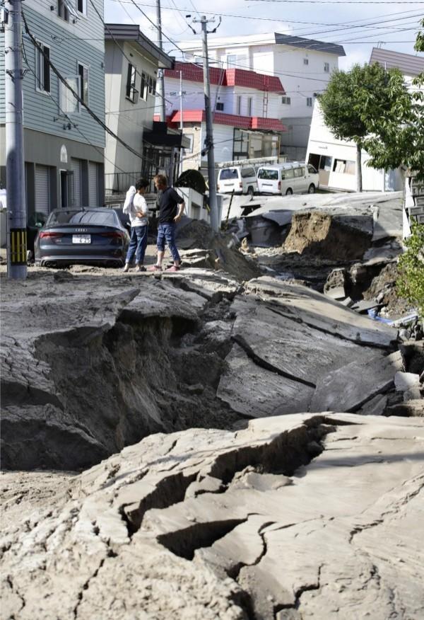 日本北海道4日因芮氏規模6.7地震影響甚鉅,觀光人數也因機場關閉、災後尚未復原等連帶下降。(法新社)