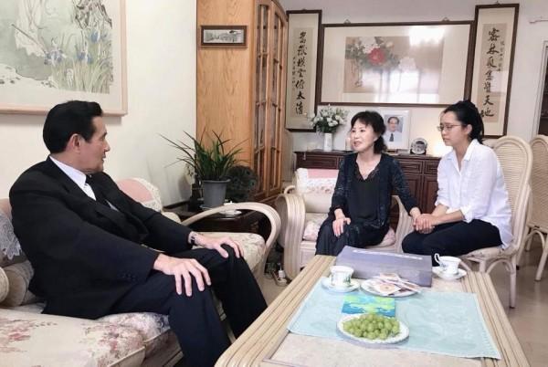 前總統馬英九至楊偉中老家致意。(圖擷取自曾縵雲臉書)