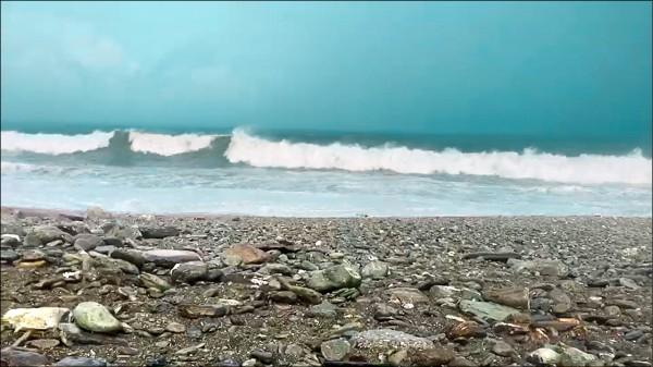 宜蘭海岸風浪昨因山竹颱風,最高達約3米,增加搜救難度。(記者林敬倫翻攝)