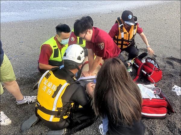 吳男被救上岸時已無呼吸心跳,送醫急救後仍不治。(記者張議晨翻攝)